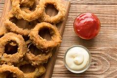 Tradycyjny fastfood - cebulkowi pierścionki z piwem Obraz Royalty Free