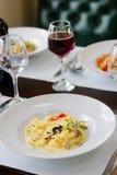 Tradycyjny fettuccine makaron z pieczarkami przy włoską restauracją Zdjęcie Stock