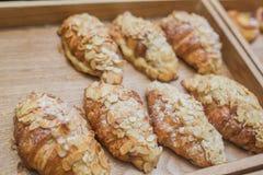 Tradycyjny Francuski śniadaniowy croissant z migdałami na kuchence Na tacy Zdjęcia Royalty Free