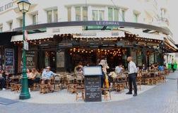 Tradycyjny Francuski restauracyjny Le Compas przy Montorgueil ulicą w Paryż Paryżanie i turyści cieszą się jedzenie i napoje Zdjęcia Royalty Free