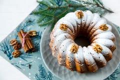 Tradycyjny fruitcake dla bożych narodzeń dekorował z sproszkowanym cukierem i dokrętkami, rodzynki Delicioius Domowej roboty zdjęcie royalty free