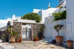 Tradycyjny Grecki jard z biel domami i małym kościół na tle przy Oia miasteczkiem, Santorii wyspa, Grecja fotografia stock