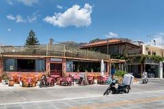 Tradycyjny Grecki tawerny i dostawy scootert na ulicie Paleochora miasteczko na Crete wyspie Zdjęcia Stock