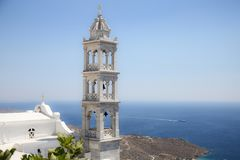 Tradycyjny greckiego kościół dzwonkowy wierza i morze egejskie w Tinos, Grecja Fotografia Stock