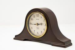 Tradycyjny gzymsu kominka zegar z złotem akcentuje fotografujących agains obraz royalty free