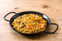 Tradycyjny Hiszpański fideua Kluski paella na drewnianym stole Obraz Stock