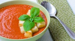 Tradycyjny Hiszpański zimny pomidorowy zupny gazpacho z basilem i croutons Obraz Stock