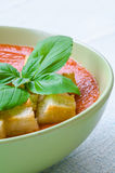 Tradycyjny Hiszpański zimny pomidorowy zupny gazpacho z basilem i croutons Fotografia Stock