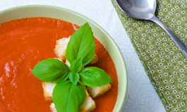 Tradycyjny Hiszpański zimny pomidorowy zupny gazpacho z basilem i croutons Zdjęcie Royalty Free