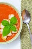 Tradycyjny Hiszpański zimny pomidorowy zupny gazpacho z basilem i croutons Zdjęcie Stock