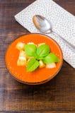Tradycyjny Hiszpański zimny pomidorowy zupny gazpacho z basilem i croutons Zdjęcia Stock