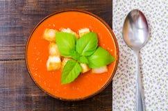 Tradycyjny Hiszpański zimny pomidorowy zupny gazpacho z basilem i croutons Obrazy Stock
