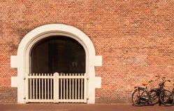 Tradycyjny holenderski ściana z cegieł i bicykle Obraz Stock