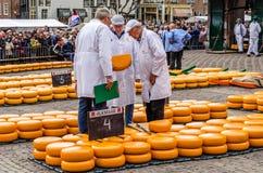Tradycyjny Holenderskiego sera rynek w Alkmaar holandie zdjęcie stock