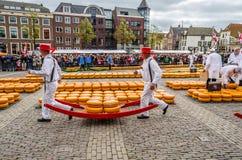 Tradycyjny Holenderskiego sera rynek w Alkmaar holandie fotografia royalty free