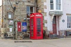 Tradycyjny ikonowy Brytyjski czerwony telefoniczny pudełko w ulicie w Cornwall, Anglia obraz stock