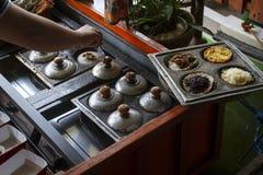 Tradycyjny Indonezyjski blin lub serabi przy ruchliwej ulicy jedzenia rynkiem zdjęcie royalty free