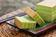 Tradycyjny Indonezyjski słodki warstwa torta Drewniany tło obrazy stock