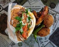 Tradycyjny Izraelicki shawarma i falafel z smażącą oberżyną Obrazy Royalty Free