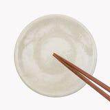 Tradycyjny Japoński drewniany chopstick na białym ceramicznym talerzu fotografia royalty free