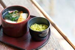 Tradycyjny Japoński jedzenie styl Selekcyjna ostrość kosmos kopii Puchar azjata stylu polewka z zielonej herbaty soba kluskami obrazy stock