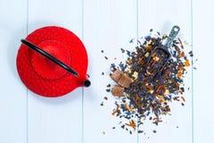 Tradycyjny Japoński teapot i herbaciani liście fotografia royalty free