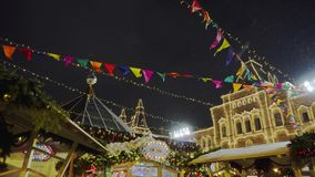 Tradycyjny jarmark na placu czerwonym, choinki, dekoracje, samowar zbiory wideo