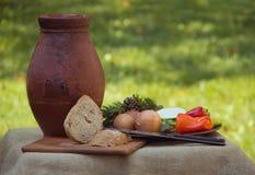 Tradycyjny jedzenie z garncarstwem i chlebem, zdjęcia royalty free