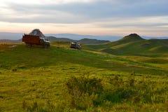 Tradycyjny koczownika namiot, yurta z ciężarówki ciężarówką i SUV samochodem lub Zdjęcia Royalty Free