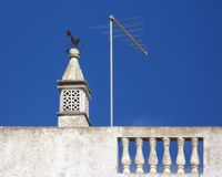 Tradycyjny komin na housetop w Portugalia obraz stock