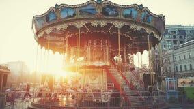Tradycyjny kondygnaci fairground rocznika carousel zbiory wideo