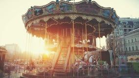 Tradycyjny kondygnaci fairground rocznika carousel zdjęcie wideo