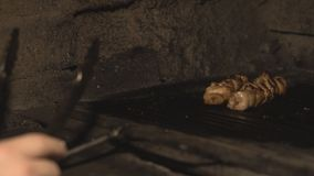 Tradycyjny krajowy naczynie szaszłyk lub shish kebab gotujemy lub piec na grillu w piekarniku w restauracji w slowmo składa wiepr zbiory wideo