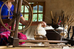 Tradycyjny krosienko dla wełny odziewa miękkie ogniska, Fotografia Stock