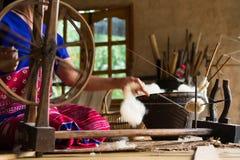 Tradycyjny krosienko dla wełny odziewa miękkie ogniska, Zdjęcia Stock