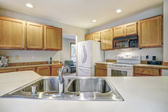 Tradycyjny kuchenny izbowy projekt w neutralny kolorach Fotografia Stock