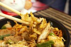 Tradycyjny kurczaka yakisoba Yakisoba, Smażący kluski z kurczakiem i warzywami zdjęcia royalty free