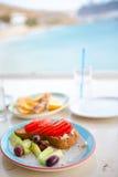 Tradycyjny lunch z wyśmienicie świeżym greckim brusketa i sałatką słuzyć dla lunchu przy plenerową restauracją z pięknym Zdjęcia Stock