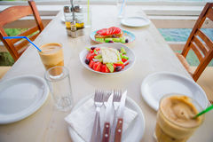 Tradycyjny lunch z wyśmienicie świeżym greckim brusketa i sałatką słuzyć dla lunchu przy plenerową restauracją z pięknym Zdjęcie Royalty Free