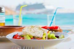 Tradycyjny lunch z wyśmienicie świeżym greckim brusketa i sałatką słuzyć dla lunchu przy plenerową restauracją z pięknym Zdjęcie Stock