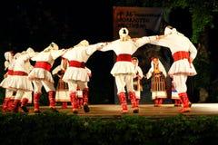 Tradycyjny Macedoński taniec przy Varna lata Theatre sceną Bułgaria obraz stock