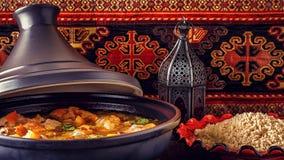 Tradycyjny marokański tajine kurczak z solonymi cytrynami, oliwka Zdjęcia Royalty Free