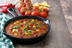 Tradycyjny meksykański tex mex Chili con carne w smaży niecce na drewnie Zdjęcie Royalty Free