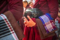 Tradycyjny michaelita karmienie w Amarapura, Myanmar obraz royalty free