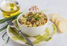 Tradycyjny naczynia pilaf z mięsem, ryż i warzywami, Na biel Obraz Stock