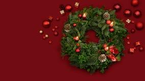 Tradycyjny nastanie wianek jodła kapuje mistletoes i jagody z blaskiem świecy i dekoracją obraz stock