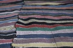 Tradycyjny nieociosany bardzo tęsk pasiasty dywanik dla ławki zdjęcie stock