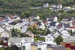 Tradycyjny norweg barwiący domy Ovre Ardal wioska visitant obraz stock