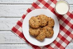 Tradycyjny oatmeal ciastek zdrowy słodki deserowy jedzenie z mlekiem Obrazy Royalty Free