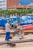 Tradycyjny obrazek dyszy rywalizację w małym Hiszpańskim grodzkim Palamos w Costa Brava szybko 03 06 2018 Hiszpania Zdjęcie Royalty Free